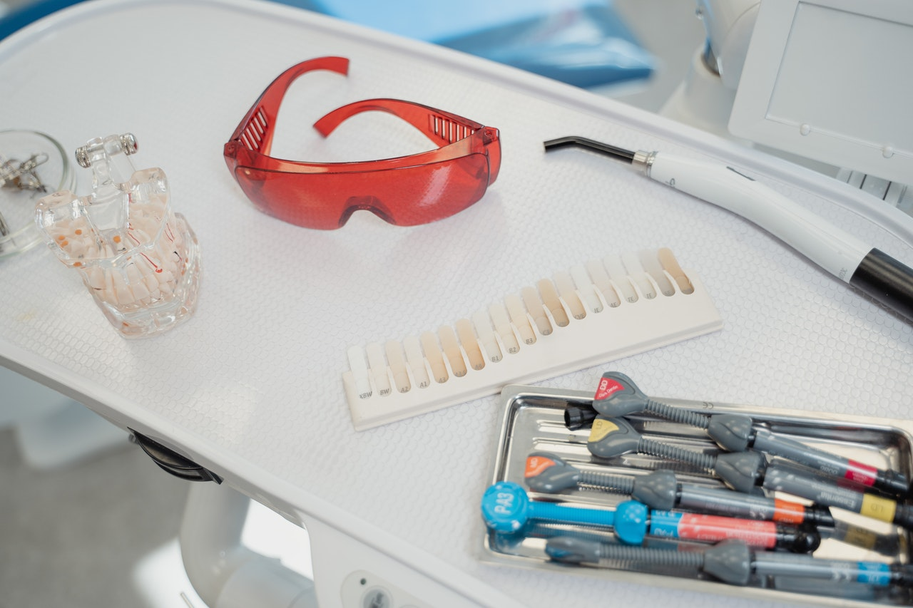 Implantes dentales sin dolor ¿Es posible? Instrumentos